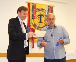 David J. Wills (links) erhält vom Clubpräsidenten Kees Broos eine Auszeichnung
