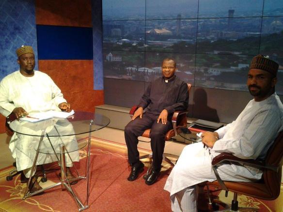 Zweimal in der Woche übertragen AIT, der größte private nigerianische Fernsehsender, und die Radiostation Ray Power eine Diskussion zwischen einem muslimischen und einem christlichen Vertreter. Im Bild: George Ehusani (mitte), der Moderator der Sendung (links) und Nurudeen Lemu (rechts).