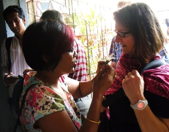Missio-Diözesanreferentin Jacqueline Schlesinger wird mit einer Blüte begrüßt.