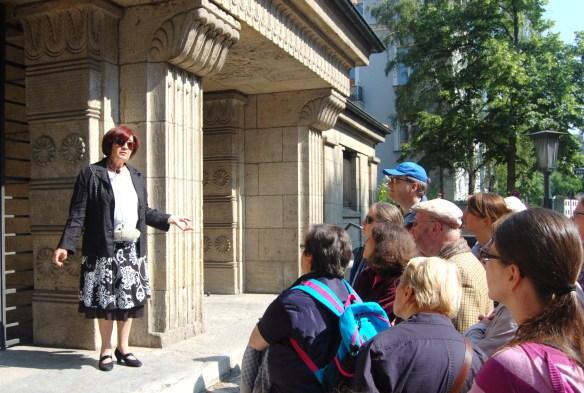 Esther Ellrodt-Freiman führt eine Gruppe von Theologie-Studierenden durch die Frankfurter Westend-Synagoge