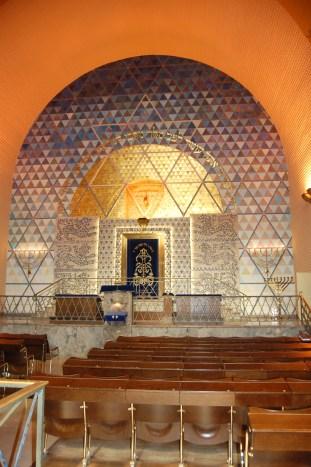 Hauptraum der Westend-Synagoge mit Toraschrein