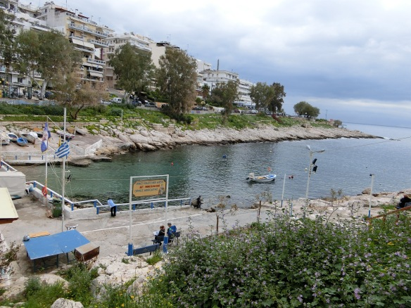 Der schönste Teil der Küste liegt nicht hier in Piräus, sonder weiter östlich, sagt Taxifahrer Nikos.