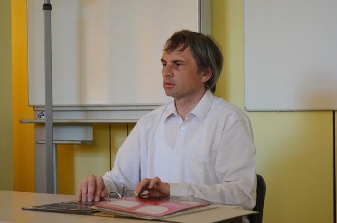 Christof Müller liest Unterlagen in Blindenschrift