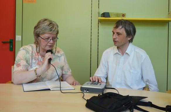 Gudrun Barth hilft Christof Müller bei der Unterrichtsvor- und Nachbereitung