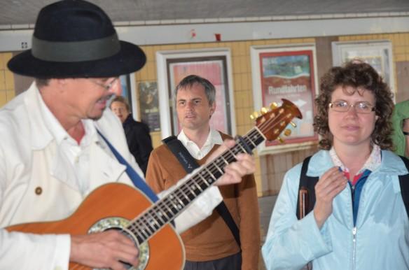 Der Straßenmusiker Peter spielt für seine blinden und sehbehinderten Gäste
