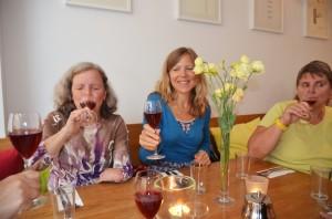 Blinde, sehende und sehbehinderte genießen gemeinsam den alkoholfreien Aperitif