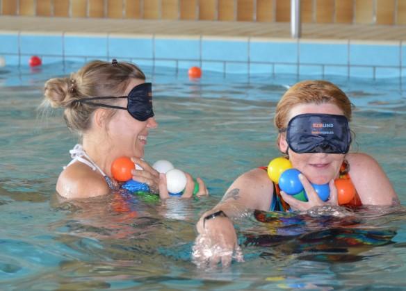 Nicole und Elvira bei den Wasserspielen im IBZ-Hallenbad