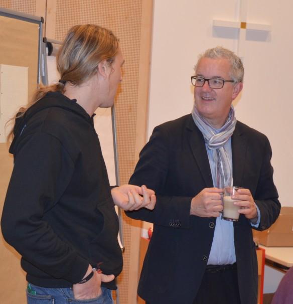 Dr. Christian Hennecke unterhält sich mit Harald Raich, dem Jugendvertreter des Blindenapostolats Südtirol