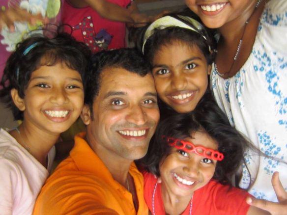 Amin mit ehemaligen Straßenkindern aus Mumbai, die er unterstützt.