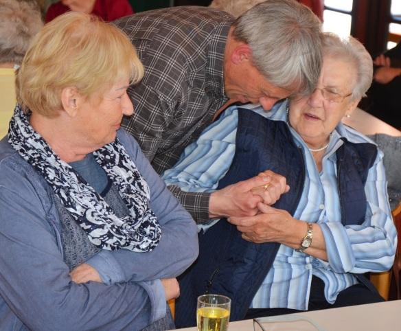 Karin Riedel, Pfarrer Müller und Rosemarie Heinzmann beim Erzählcafé.