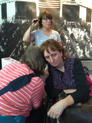 "Sabine Köhler (oben), Henrike Churr (links) und Petra Meen (rechts) hören sich Informationen zur ""BallinStadt"" an."