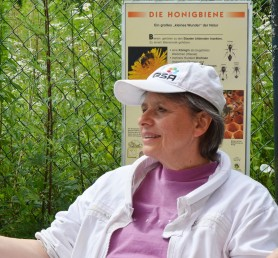 Michaele Kundermann informiert über Bienen.