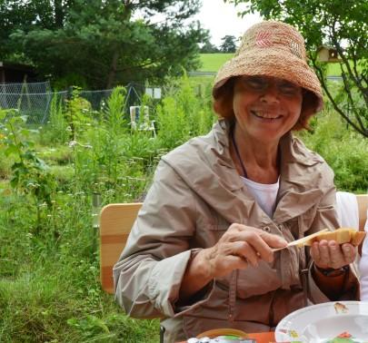 Christa genießt den Honig.