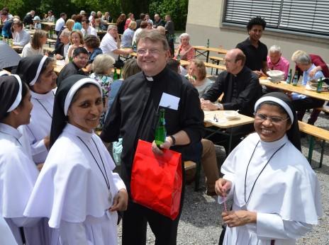 Die Freude über das Geschenk seiner Berufung ist dem Neupriester Michael Brien – hier mit Ordensfrauen – ins Gesicht geschrieben