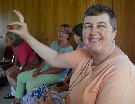 Begegnungswoche für Sehbehinderte: IBZ-Gast Sabgine zeigt ihren Lieblingsstein.
