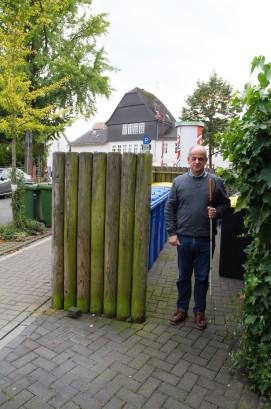 Den Eingang zu den Mülltonnen findet Markus Marte auch ohne Stock