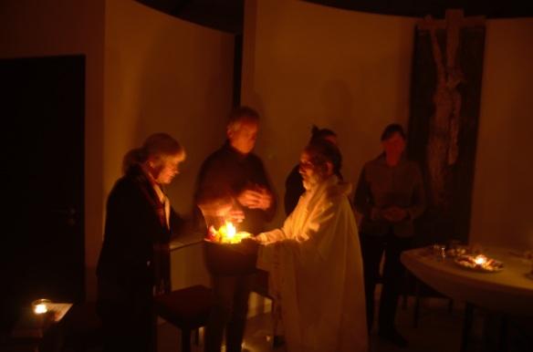 Pater Sebastian feiert mit den Kursteilnehmenden einen sinnlichen Gottesdienst mit Feuer, Wasser, Blüten und Weihrauch