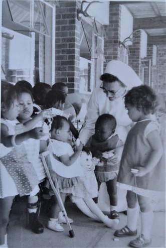 Schwester Agnes besucht Kinder mit Behinderung