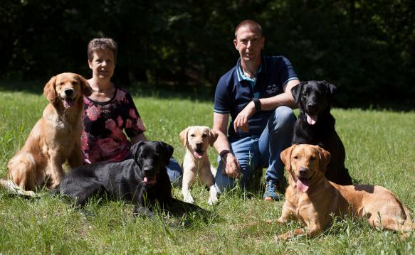 Sandra und Achim Westenberger mit allen Hunden, die sie bisher ausgebildet haben