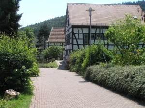 Weg zur Pfarrscheune von der Dattenbachhalle (ca. 60 m)