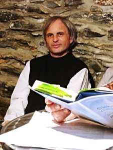 Lesung im Felsenkeller am 14.9.19 - Christof Müller lauscht der Autorin Jutta Hajek