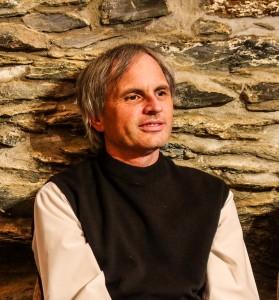 Christof Müller bei der Premierenlesung im Felsenkeller des Zauberbergs in Kelkheim. Foto: Ch. Busch