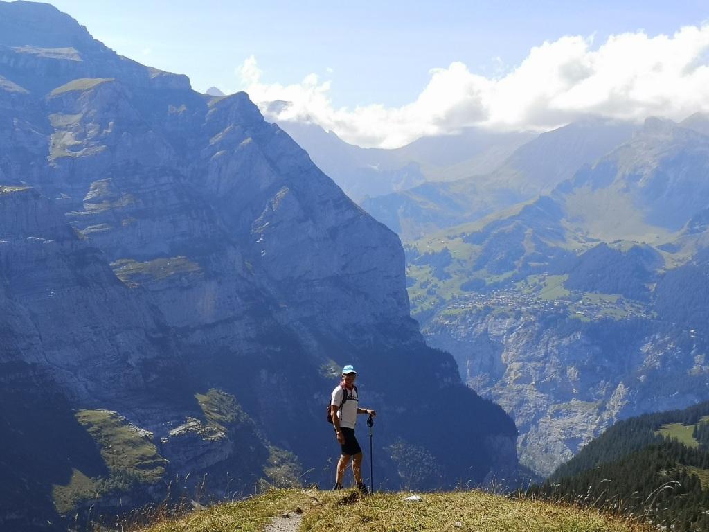 Blick auf Viertausender beim Wandern im Berner Oberland. Als Mensch fühlt man sich klein wie eine Ameise beim Anblick der majestätischen Gipfel.